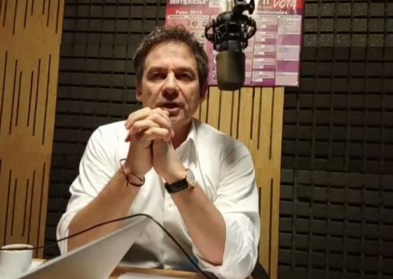 Costa en los estudios de Tiempo FM.