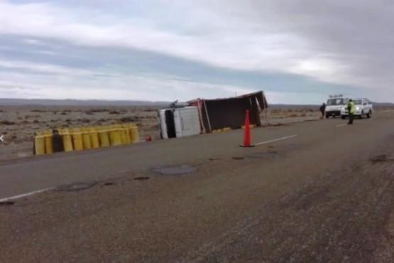 Un camión con garrafas volcó al intentar esquivar guanacos