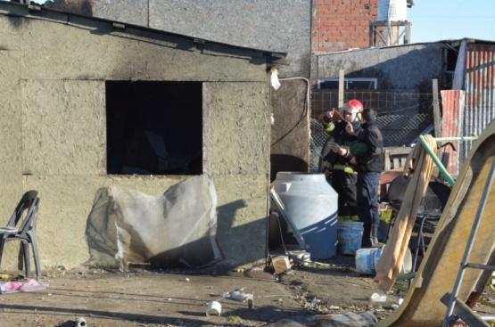 Asisten a la familia tras el incendio en el barrio Madres a la Lucha