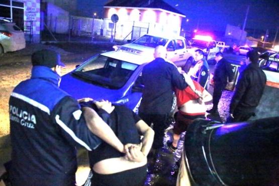 Continúan detenidos el policía y su cómplice tras ser indagados