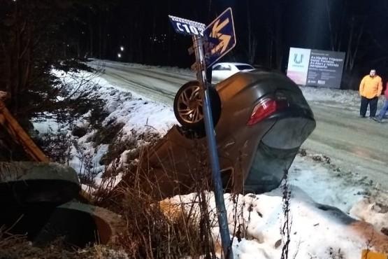 El alcohol y el hielo lo llevaron a volcar su vehículo