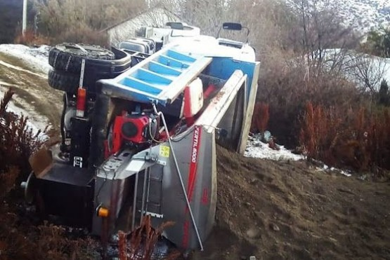 Un camión municipal volcó mientras realizaba tareas de enripiado