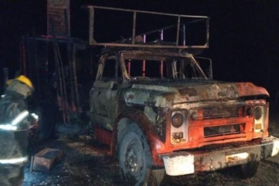 Incendian un camión en campo de jineteada