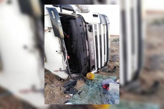 Un camión quiso esquivar un guanaco en la Ruta 3 y volcó