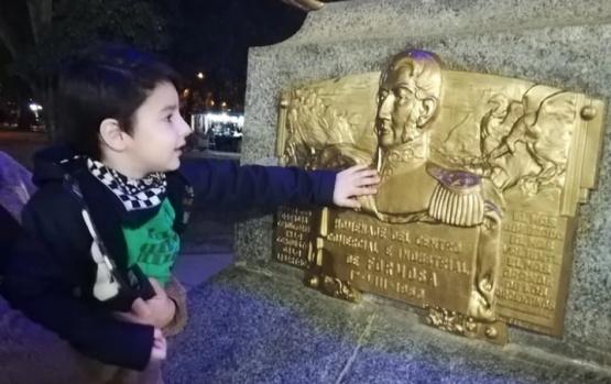 Tiene tres años y es fanático de su héroe San Martín