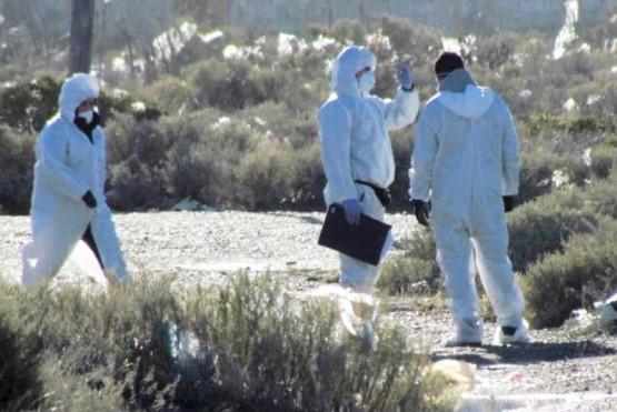 Personal de la policía científica que inspeccionó el cadáver enterrado en un descampado