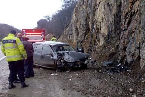 Conductora hospitalizada al chocar contra la ladera de una montaña