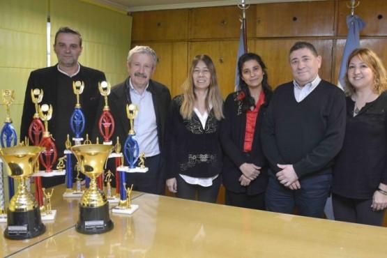 Banco Santa Cruz realizó donación de trofeos para la Copa 60 Años