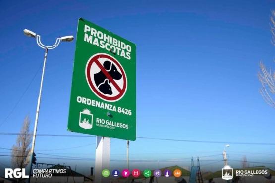 Reiteran que está prohibido llevar mascotas a los parques y plazas