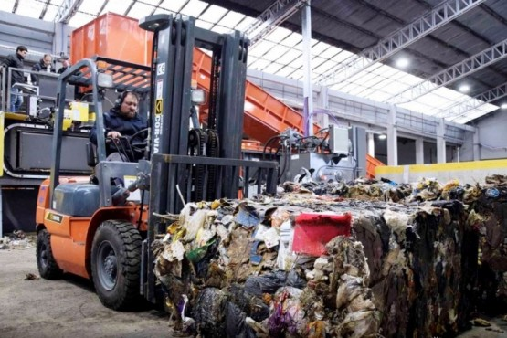 Ensayaron el enfardado de residuos y cada vez falta menos para el traslado del Vaciadero