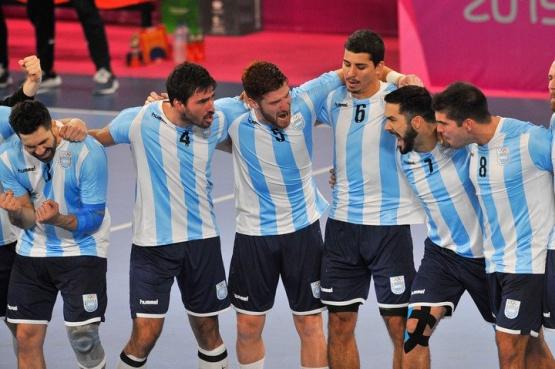 Momento del himno. Los Gladiadores y la emoción ante Chile. Foto Maxi Failla