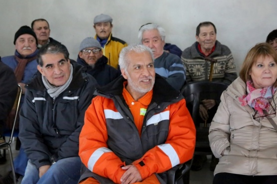 Los jubilados, ayer en la conferencia realizada en la calle Mendoza de esta capital. (C. González).