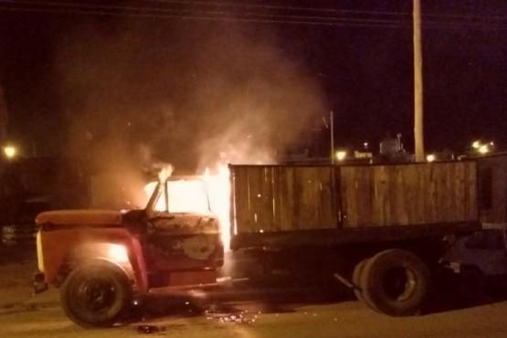 """Arrojan """"Molotov"""" a un camión y le incendian la cabina"""