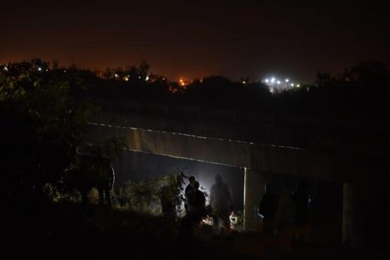 Investigan la muerte de un niño que apareció colgado en un puente