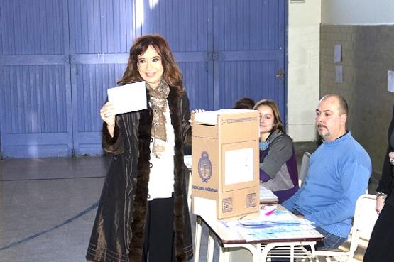 Cristina llega a votar a Río Gallegos y esperará los resultados de las PASO y de Santa Cruz