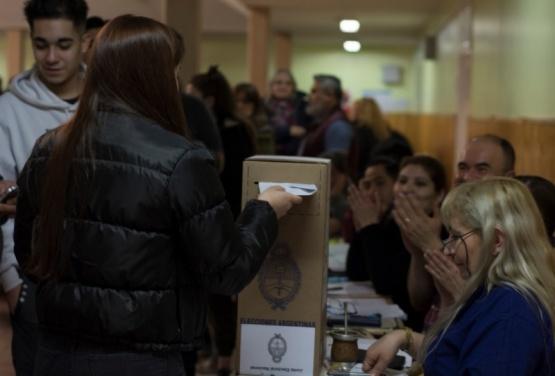 Cerraron los comicios y hay largas filas de electores