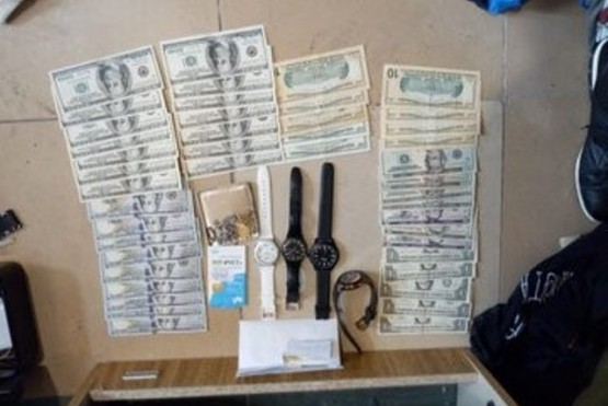 Fueron a allanar su casa y tiró bolsos con dinero