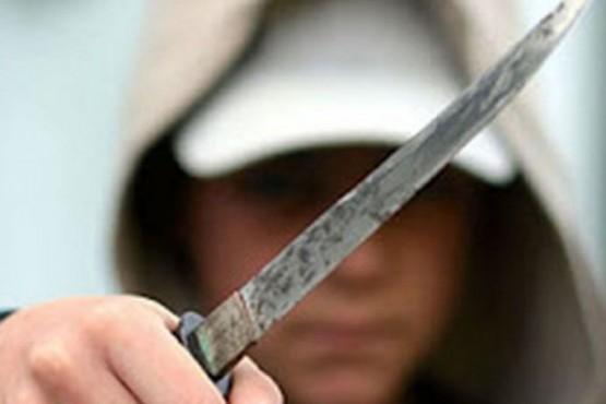Fue internado de urgencia tras ser atacado por su hermano con un cuchillo