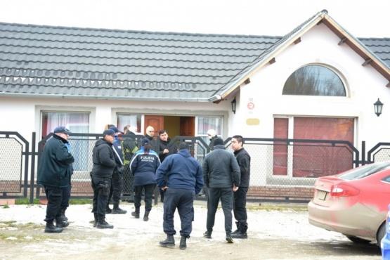 Policías y bomberos estuvieron fuera para que el negociador trabaje. (Foto: C.R.)