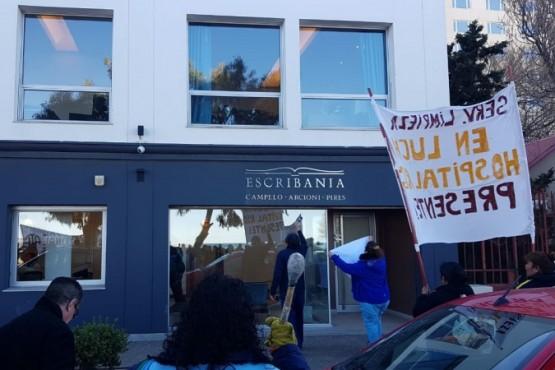 Trabajadores estatales escrachan la escribanía de Arcioni