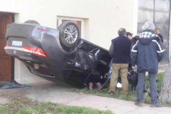 Una mujer herida tras volcar un auto