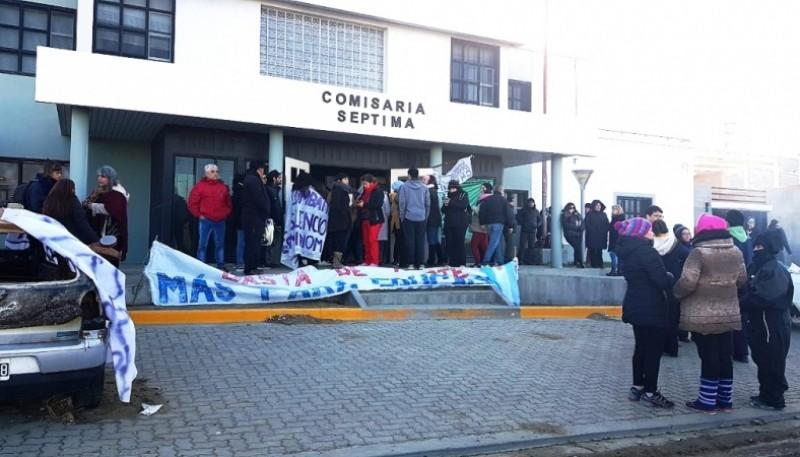 Los trabajadores coparon la Comisaría Séptima en pedido de liberación de los dirigentes.