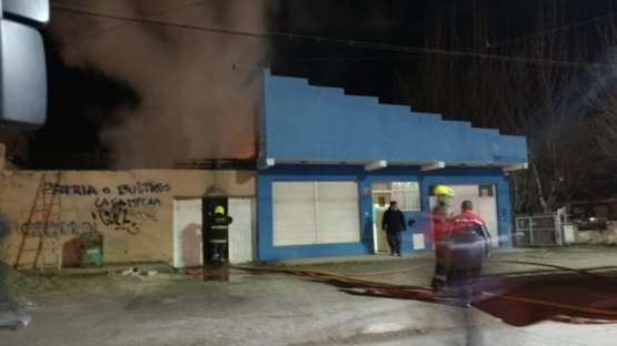 Bomberos trabajaron para sofocar incendio en vivienda