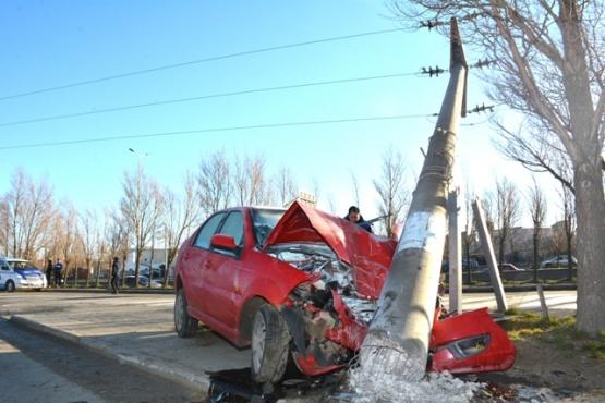 Chocó a un taxista, se dio a la fuga y terminó impactando un poste de luz