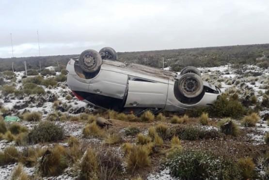 Por presencia de nieve, un auto volcó en la Ruta 3