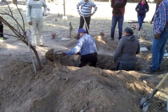Cinco hermanos tuvieron que cavar la fosa para sepultar a su madre en el cementerio
