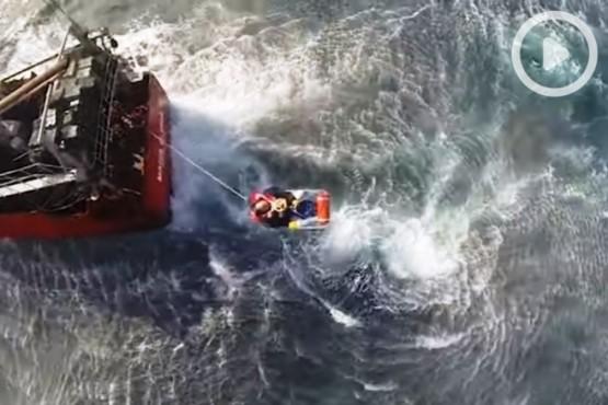 Impresionante rescate al tripulante de un pesquero cerca de Chubut