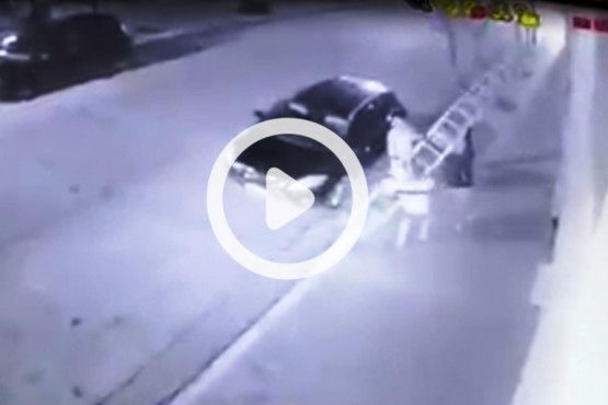 El video de los delincuentes que simularon un corte de calle para robar un comercio