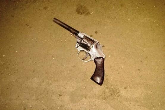 Estaba ebrio, evadió un operativo de tránsito, lo detuvieron y le encontraron un arma