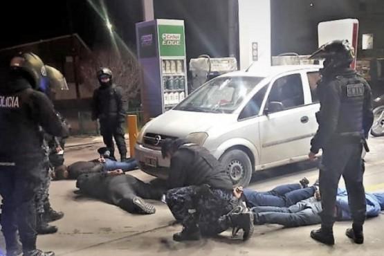 Tres jovenes y una menor en un vehículo tiroteado y con armas en un bolso