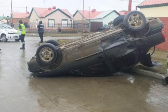 Una mujer llevada al hospital tras chocar y volcar