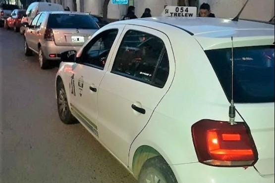 Taxista furioso trompeó enfrente de una Comisaría al conductor que lo chocó