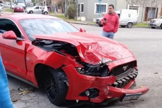 Dejó el Ford Mustang en el mecánico y se lo chocaron contra una pared