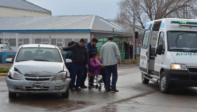 La mujer trasladada en la ambulancia (C.Robledo)