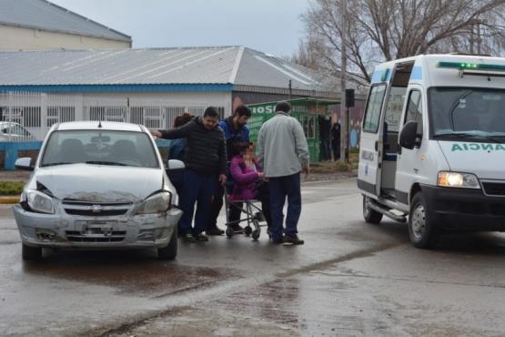 No habría respetado el paso y chocó: una mujer hospitalizada