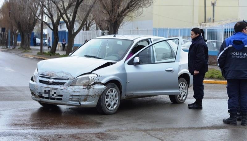 Los vehículos que colisionaron en la esquina de las calles Santiago del Estero y Colón, terminaron con importantes daños materiales tras el impacto. (Fotos: C.R.)