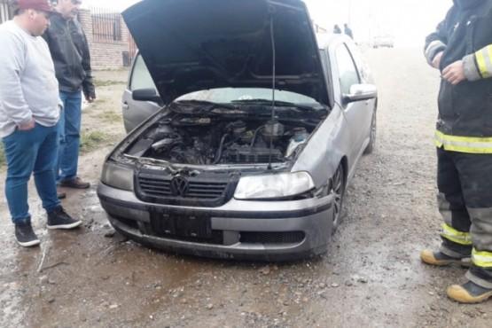 Problemas en el carburador provocaron un incendio en un auto