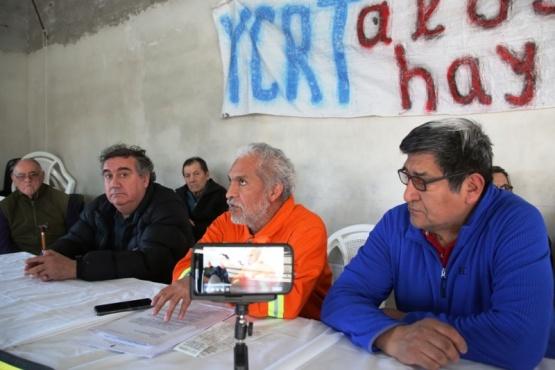 Luis González, ayer junto a los jubilados de YCRT. (C.G.).