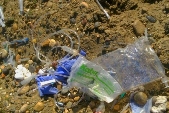 Buscan a los responsables de arrojar residuos patológicos en la vía pública