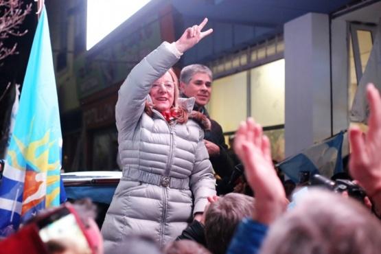 Alicia Kirchner tras ganar las elecciones. Atrás, el actual Vicegobernador, Pablo González. (Foto archivo)