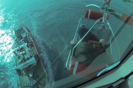 Cinematográfico operativo en el mar: aeroevacuó a un tripulante de un pesquero