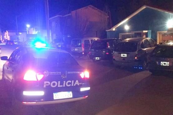 La policía y los peritos trabajaron en el lugar. (Foto: C.G.)