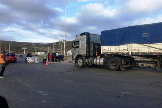 Docentes bloquean el paso a todo vehículo de la actividad petrolera