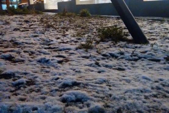 En horas de la madrugada la nieve llegó a la ciudad capital.