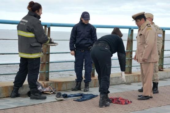 La ropa encontrada en el lugar. Los efectivos inspeccionaron la zona. (Foto: C.Robledo)