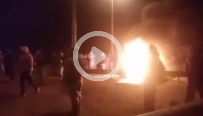 Momento en que llegan los petroleros al corte de ruta. (Captura de video)